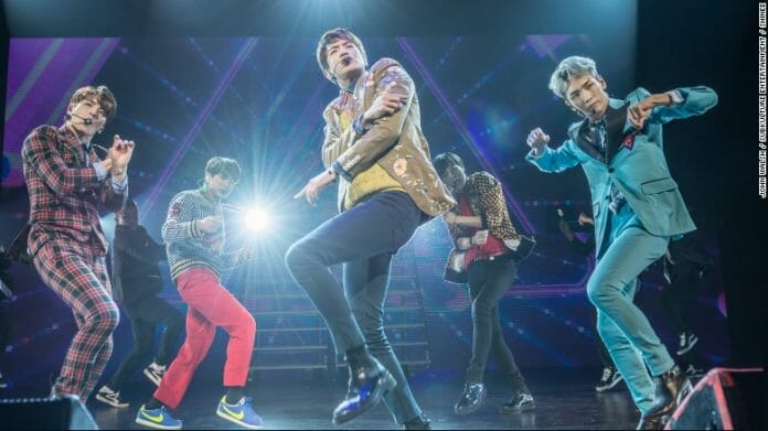 Shinee Se Apresentando No Verizon Theatre Em Grand Prairie Em Dallas Em Março. Foto: Cnn
