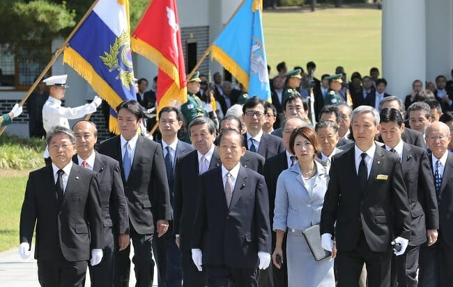 Toshihiro Nikai (Centro), Enviado Especial Para O Primeiro-Ministro Japonês Shinzo Abe E Outros Funcionários Japoneses Visitam O Cemitério Nacional De Seul Em 12 De Junho De 2017.