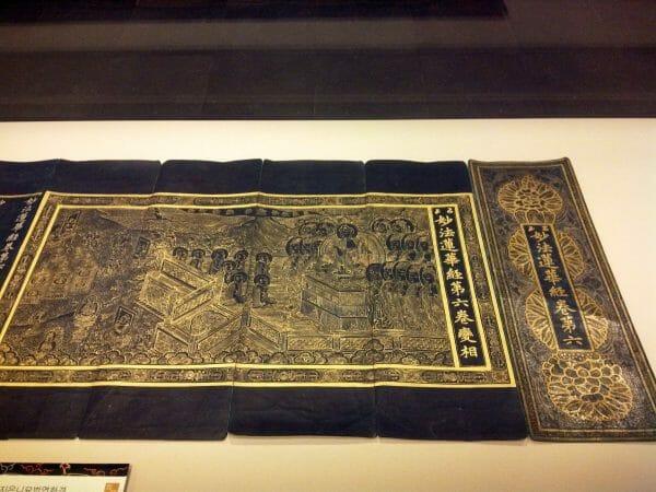 Um Texto Iluminado Do Sutra Do Lótus Budista. Período Goryeo (918-1392 Ce). Templo De Gwangdeoksa Em Chenan, Coréia. Fonte: Ancient.eu