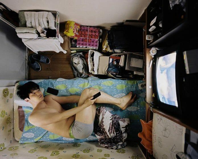 Auto-Retrato Do Fotógrafo Sim Kyu-Dong Dentro De Seu Quarto No Goshitel, Sillim-Dong, Seul. Foto: Sim Kyu-Dong.