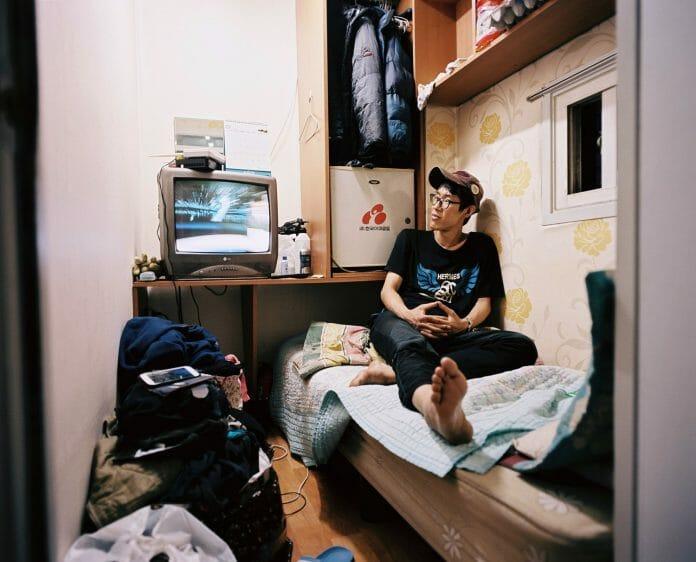 Um Jovem De 30 Anos. Ele Trabalha Como Gerente Junior No Goshitel E Faz Tarefas Domésticas Em Troca De Desconto No Aluguel Mensal. Ele Também É Um Destinatário Do Subsídio De Vida Básica. Foto: Sim Kyu-Dong.