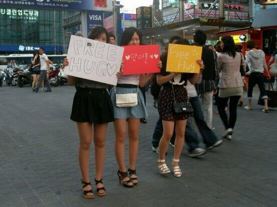 Jovens Distribuindo &Quot;Abraços Gratuitos&Quot; Nas Ruas De Myeongdong, Atividade Que Vem Se Tornando Cada Vez Mais Popular No País. Foto: Koreabridge.net