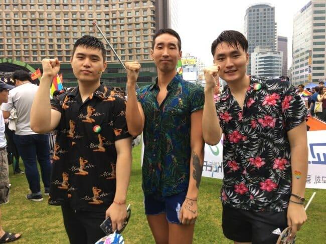 Moon Cheol-Beom (Centro) E Seus Amigos Posam Para Uma Foto Em Seoul Plaza Antes Da Parada Do Orgulho Gay No Centro De Seul No Sábado. Foto: The Korea Herald