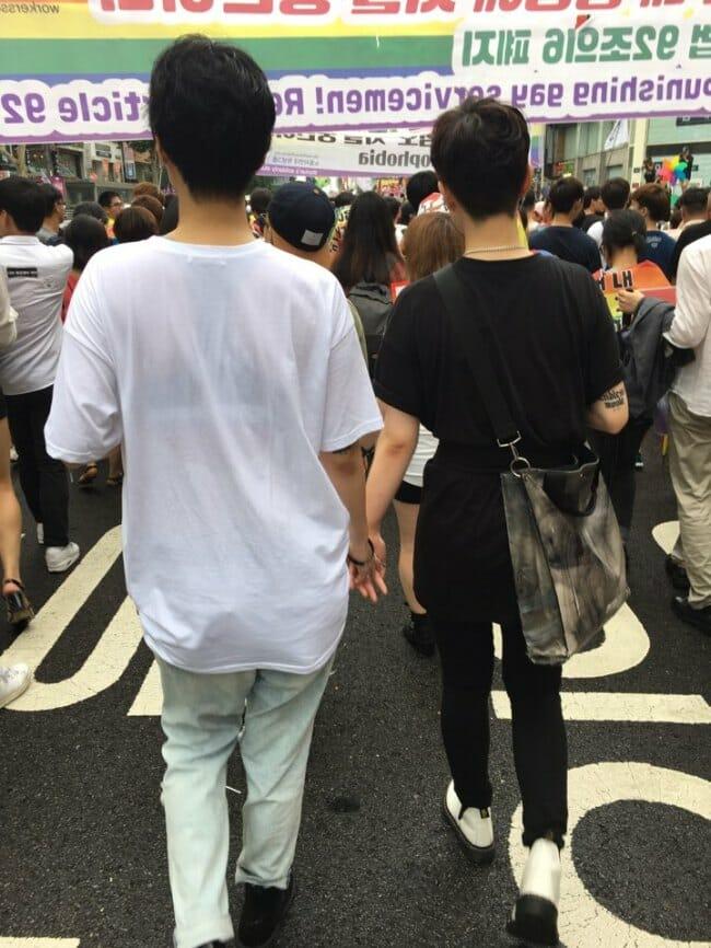 Casais Homoafetivos Marcham De Mãos Dadas Durante A Parada Em Seul No Sábado. Foto: The Korea Herald
