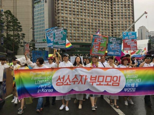 Um Grupo De Pais, Que Apóia Seus Filhos Gays, Participa Da Parada. Foto: The Korea Herald