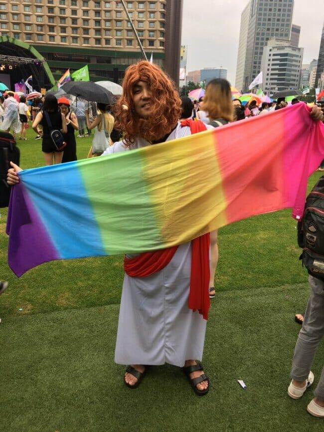 Chung Sang-Hyuk, Um Protestante De 26 Anos Que Pregava O Amor E A Tolerância, Se Vestiu Como Jesus E Fez Uma Foto Na Seoul Plaza Antes Da Parada Do Orgulho Gay No Centro De Seul No Sábado. Foto: The Korea Herald