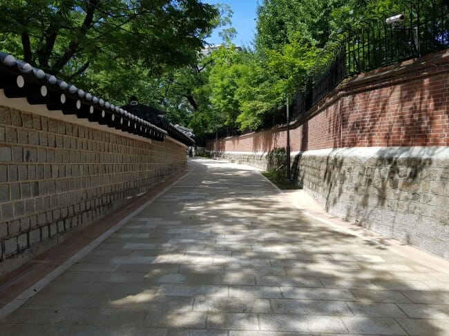 A Estrada, Ao Longo Do Muro De Pedra. Foto: Korea Herald