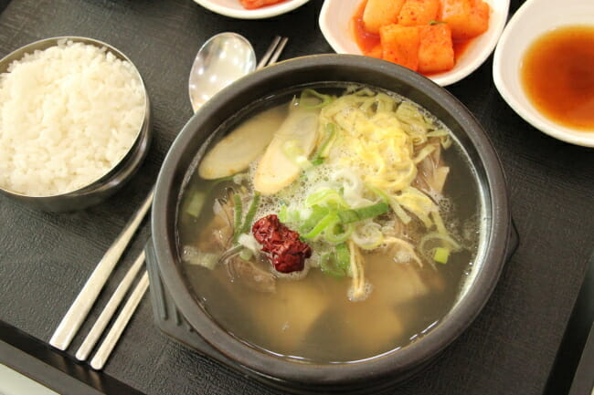 A Área De Serviço De Terra Do Insam (Ginseng) Na Via Expressa De Tongyeong-Daejeon, Província De Chungcheong Do Sul, Serve Insam Galbitang. (Lim Jeong-Yeo / The Korea Herald)