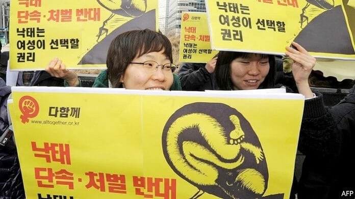 Passeata A Favor Da Legalização Do Aborto Na Coreia. Foto: The Economist.