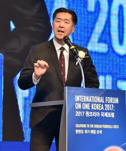 O Presidente Da Fundação Para A Paz Global (Gpf), Moon Hyun-Jin, Dá Um Discurso De Abertura No Fórum Internacional Sobre Uma Coréia Na Cidade Do Dragão De Seul, Na Quinta-Feira. / Cortesia De Gpf