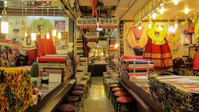 Hanbok,  Vestimenta Tradicional Coreana E Peças De Seda Em Uma Das Lojas Do Mercado. Foto:the Seoul Guide