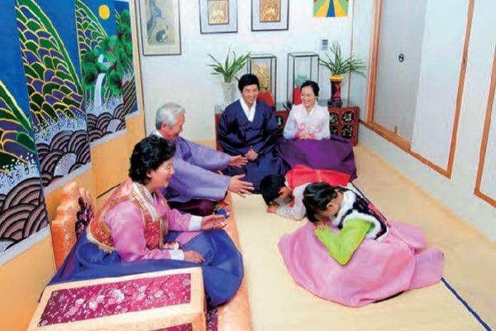 Saudação Realizada Pelas Crianças Em Respeito Aos Mais Velhos. Foto: Korea.net