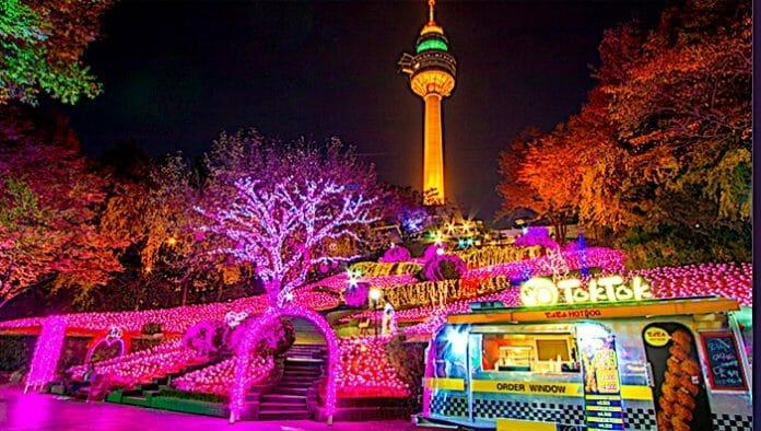 E-World Iluminado Para O Fim De Ano, Com A 83 Tower Ao Fundo. Foto: Haps Korea