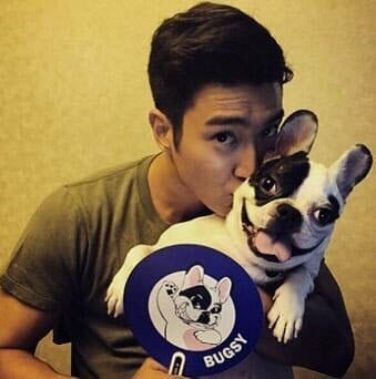 Choi Siwon E Seu Cão Bugsy.