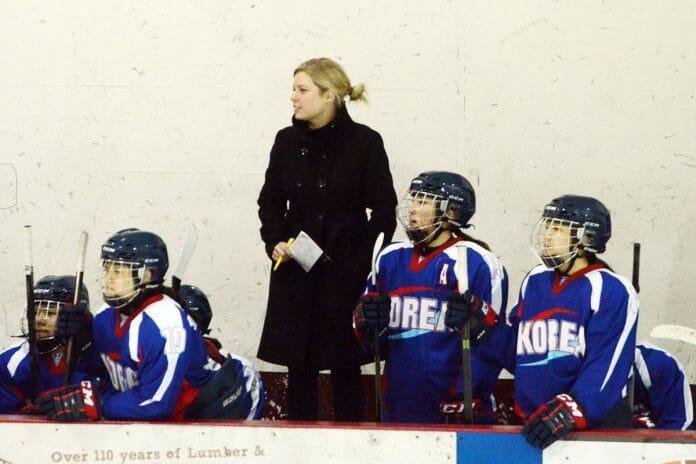 Sarah Murray, Técnica Da Seleção Feminina Sul-Coreana De Hóquei No Gelo, Com Jogadoras Reservas. Foto: The Ice Garden