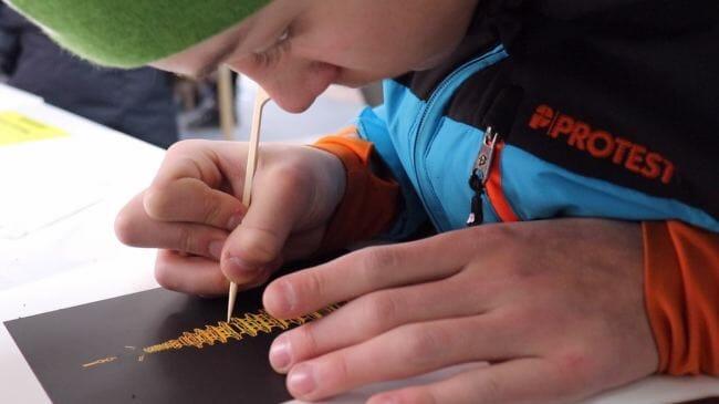 Visitantes Criam Artesanatos Tradicionais No Estande De Experiência Tradicional. (Via: The Korea Herald / Park Ju-Young)