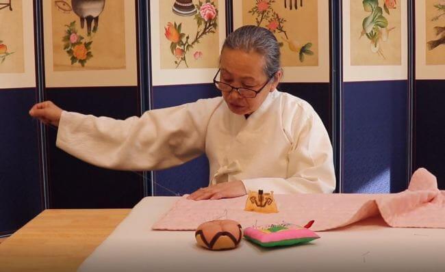 A Mestre De Costura Demonstra Suas Habilidades No Pavilhão Tradicional Coreano No Pyeongchang Olympic Plaza. (Via: The Korea Herald / Park Ju-Young)