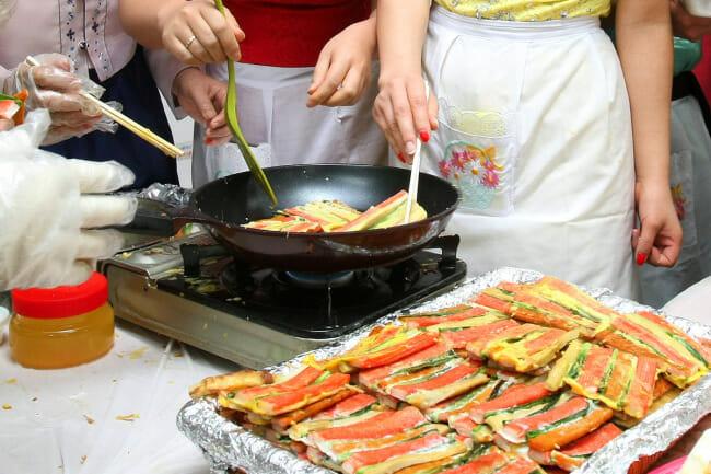 Noras Cozinham O Banquete Para O Seollal.