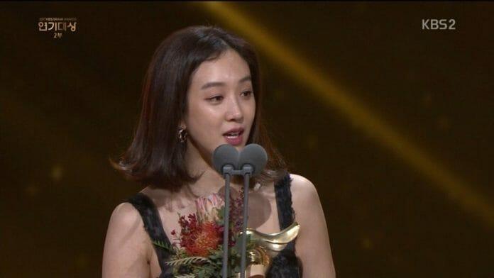 A Atriz Jung Ryeo Won Se Manifesta Contra A Violência Sexual Durante Seu Discurso De Aceitação Do Premio No Kbs Drama Awards De 2017 Em 31 De Dezembro.