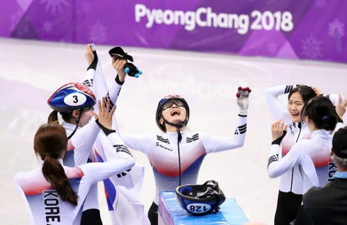 Patinadoras Coreanas Gritam De Alegria Depois De Ganhar A Medalha De Ouro A Corrida De 3000 Metros/ Korea Times Foto De Shim Hyun-Chul