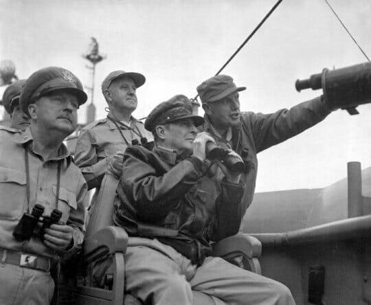 O General Douglas Mcarthur Foi O Líder Do Exército Americano Na Guerra Da Coreia