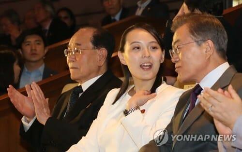 Nesta Foto, Tirada Em 11 De Fevereiro De 2018, O Presidente Sul Coreano Moon Jae-In (D) É Visto Ouvindo Kim Yo-Jong (Segunda A Direita), Enquanto Assista As Performances Do Grupo De Arte Da Coreia Do Norte Em Seul. Kim Yo-Jong, A Irmã Mais Nova Do Líder Norte Coreano Kim Jong-Un, Visitou A Coreia Do Sul Em Como Uma Enviada Especial De Seu Irmão Para Entregar O Convite Para Convidar O Presidente Moon Jae-In A Visitar Pyongyang Para Uma Cúpula Intercoreana. (Yonhap)