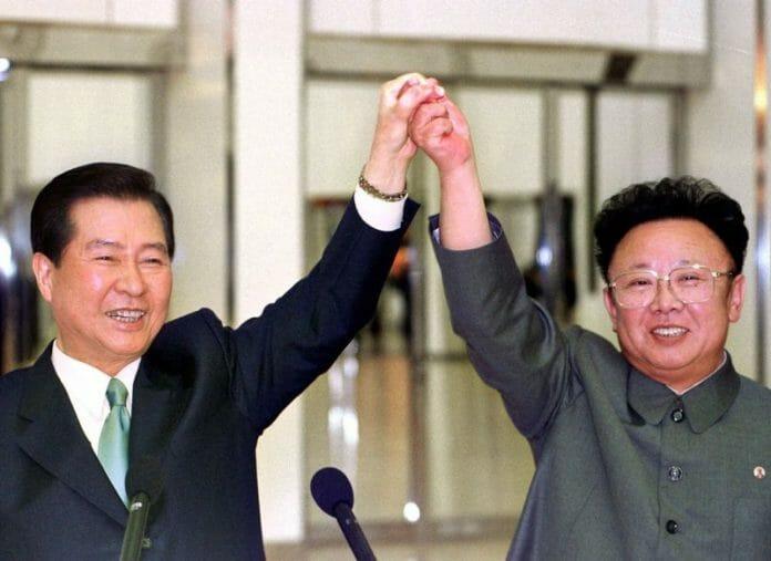 Kim Dae Jung E O Então Líder Norte-Coreano Kim Jong-Il (Pai Do Atual Líder Kim Jong Un) Na Reunião De Cúpula Em Pyongyang. Foto: Afp /Korea Pool/Yonhap