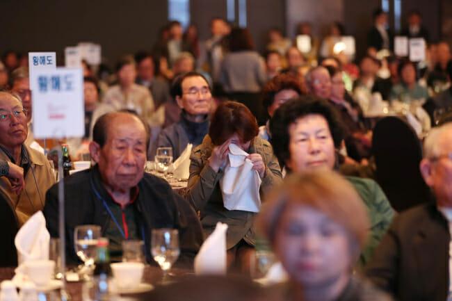Membros Sul-Coreanos De Famílias Separadas Pela Guerra Da Coréia De 1950-53 Participaram De Uma Reunião Organizada Conjuntamente Pelo Ministério Da Unificação E Pela Cruz Vermelha Coreana Em 10 De Abril Em Suwon. (Imagem: Yonhap)