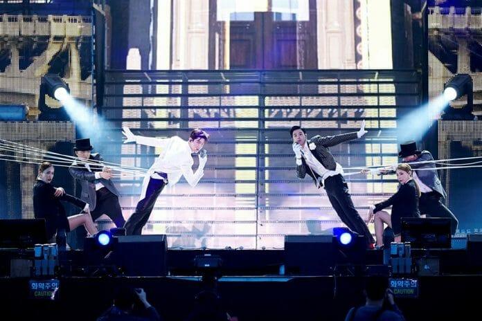 """Tvxq Apresentando """"Something"""" Durante O Concerto No Complexo Esportivo Jamsil, Em Seul. Foto: Sm Entertainment"""