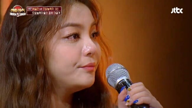 """Ailee Chora Ao Relembra A Época Em Que Foi Forçada A Fazer Uma Dieta Rigorosa, Quando Participava De Um Show De Música """"Hidden Singer. Foto: Korean Herald/ Jtbc"""