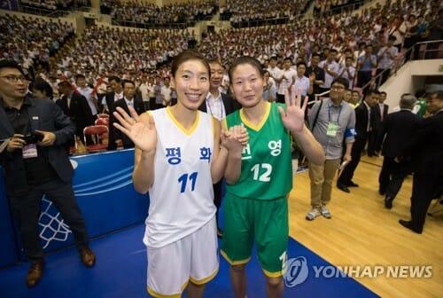 Lim Yung-Hui, Da Coréia Do Sul (Esquerda), E Ro Suk-Yong, Da Coréia Do Norte, Dão As Mãos Após O Jogo Amistoso De Basquete No Ginásio Ryugyong Chung Ju-Yung, Em Pyongyang. Foto: Yonhap.