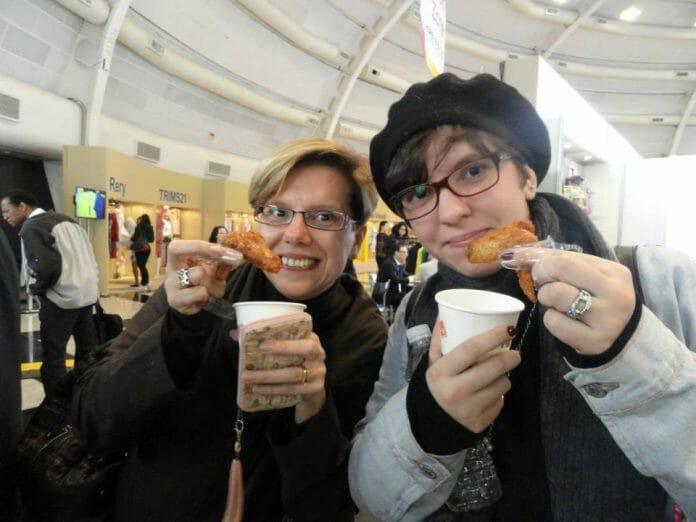 Olha Aí, Eu E A Duda Na Kbee Provando Franguinho Coreano Pela Primeira Vez! Foto: Arquivo Pessoal