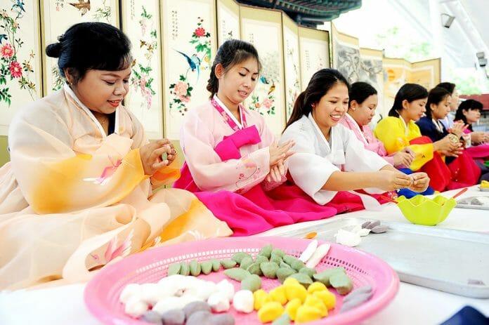 As Esposas Estrangeiras Aprendem A Fazer O &Quot;Songpyeon,&Quot; (Bolo De Arroz No Formato De Meia-Lua, Tradicional Do Chuseok) Em Um Centro Comunitário De Songpa-Gu, Seul. Foto: Yonhap