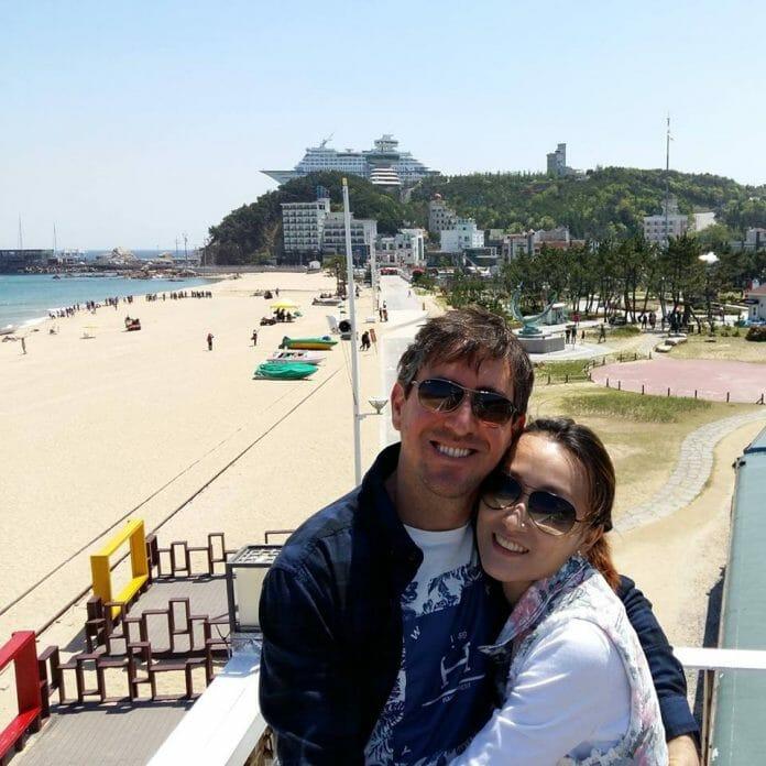 Deyvid E Sora Em Uma De Suas Tantas Viagens Pela Coreia. Foto: Facebook.