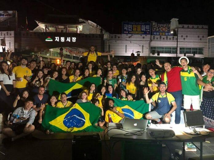 Assistindo À Copa Da Rússia 2018 Com Brasileiros E Coreanos. Foto: Facebook Pastel Brasil.