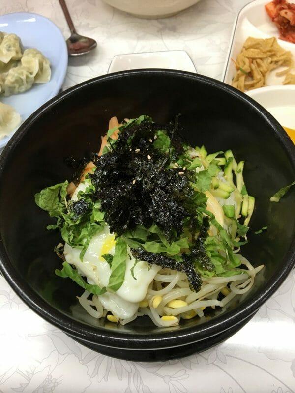 Este Foi Um Dos Vários Bimbimbaps Que A Simone Comeu Na Coreia. Num Restaurantizinho De &Quot;Ajumma&Quot; Em Meyongdong.