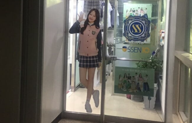 Um Anúncio De Uniformes Com Uma Saia Curta, Exibida Na Frente De Uma Loja Em Seul. (Claire Lee / The Korea Herald)