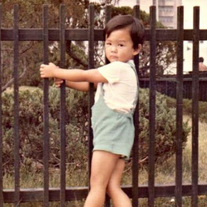 John Cho Quando Criança. Foto: Glamour.