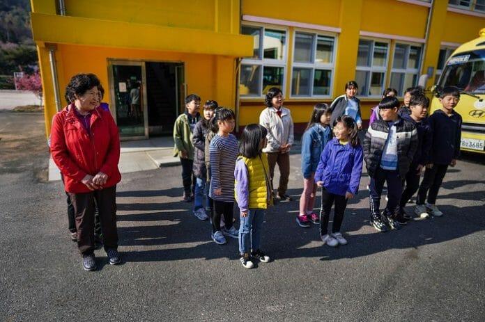 Escolas Coreanas, Na Falta De Crianças, Matriculam Ajummas [A Moderna Joseon]