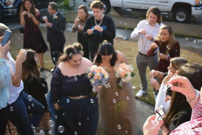 Após O Primeiro Encontro Como Fãs, Elas Se Casaram Ao Som De Bts