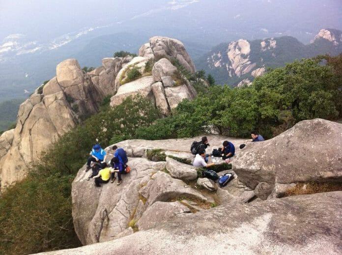 Coreanos Se Voltam Para As Montanhas Para Se Afastar Do Vírus