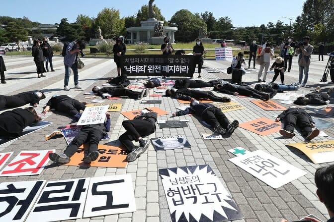 Adolescentes Sul-Coreanas Adentram A Discussão Sobre Aborto
